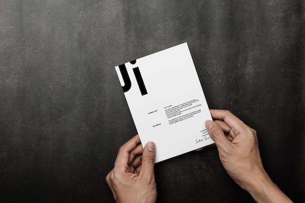Ręka trzyma makieta karty zaproszenie, odwiedź szablon karty.