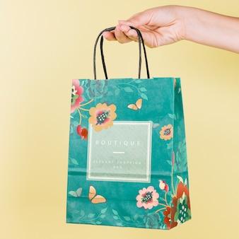 Ręka trzyma makieta torba na zakupy