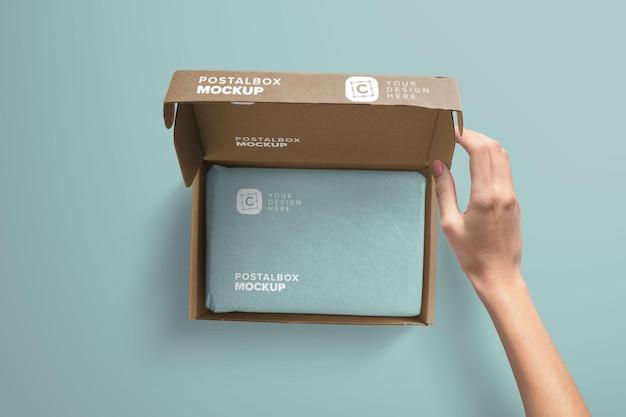 Ręka trzymająca makieta pokrywy otwartej skrzynki pocztowej
