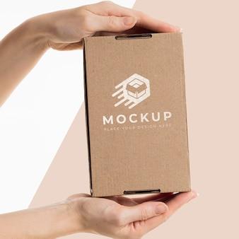 Ręka trzymająca pudełko makiety
