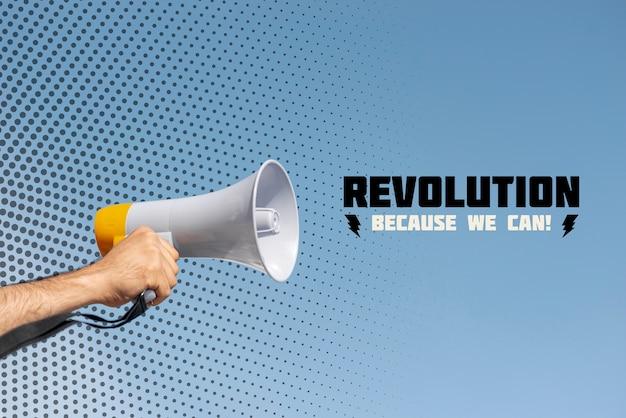 Ręki mienia megafon w protescie