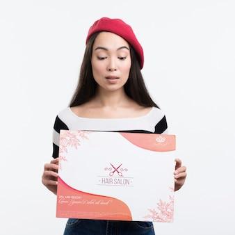 Reklama makiety salonu fryzjerskiego i dziewczyna z francuskim beretem