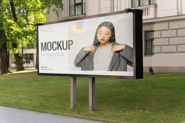 Reklama uliczna z młodą kobietą