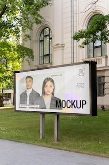 Reklama uliczna z młodymi ludźmi