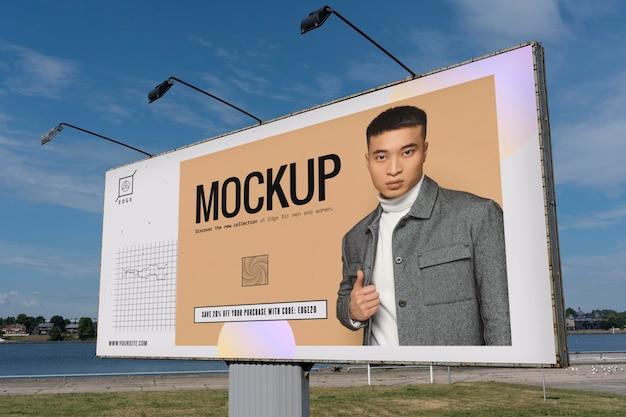 Reklama uliczna ze zdjęciem mężczyzny