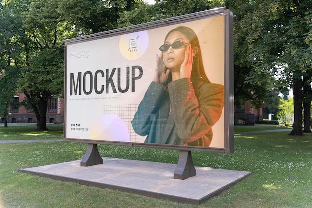 Reklama uliczna ze zdjęciem