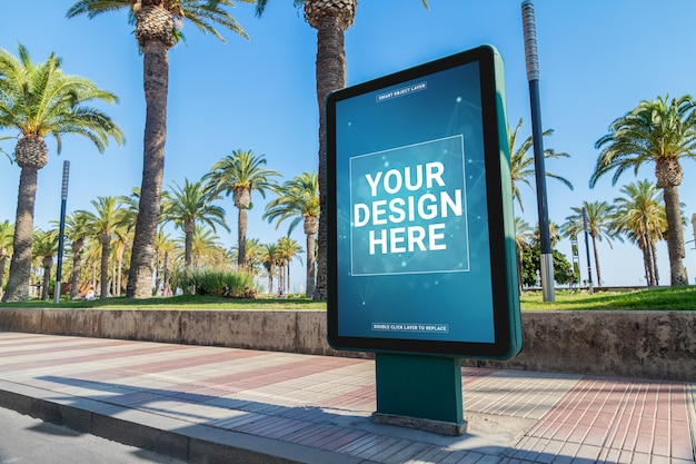 Reklama zewnętrzna billboardu w nadmorskim mieście mockup