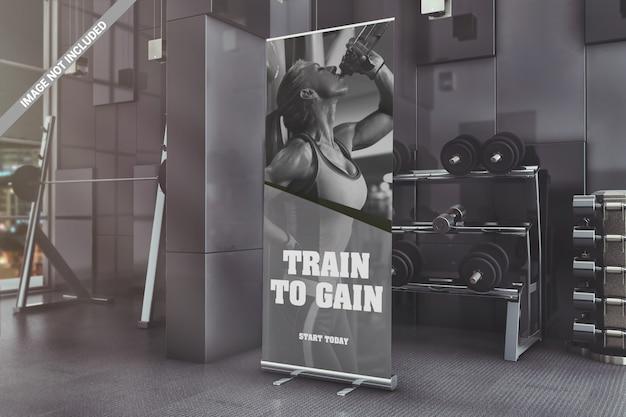 Roll-up stojący banner w makiecie siłowni