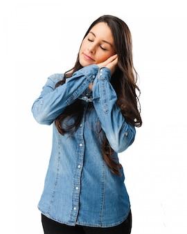 Rozmarzona kobieta z koszuli denim