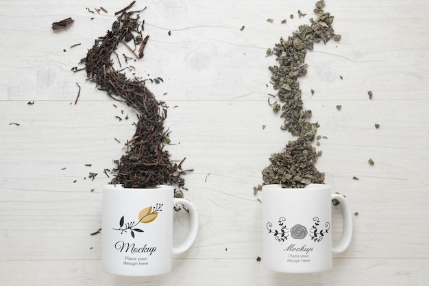 Różne herbaty z wywróconych kubków