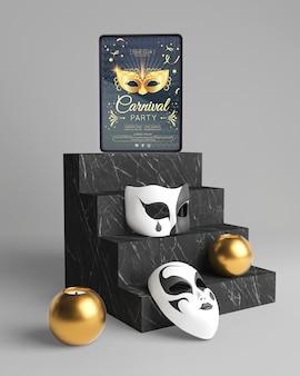Różne maski karnawałowe na schodach