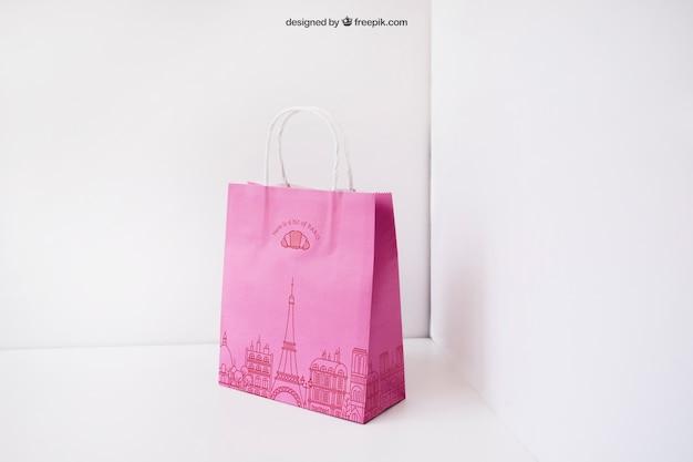Różowa torebka papierowa w rogu