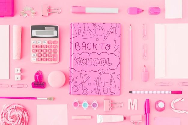 Różowy z powrotem do szkoły makieta z pokrywą notebooka