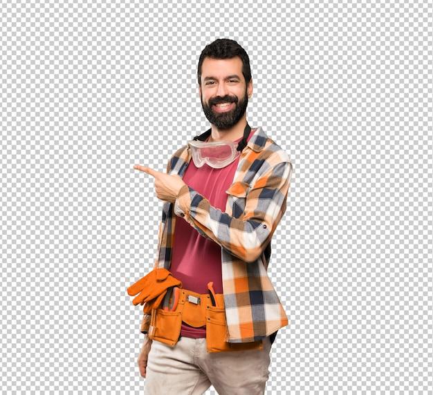Rzemieślnicy mężczyzna wskazuje na bok, aby przedstawić produkt