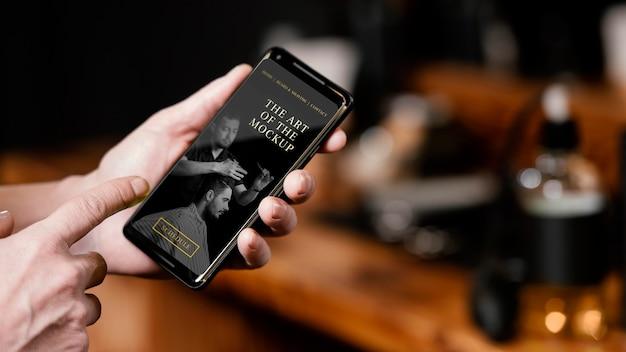 Salon fryzjerski z makietą smartfona