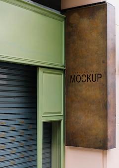 Shopfront z brązowym szyldem makieta