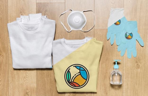 Składane bluzy z widokiem z góry, składające się z rękawiczek, maski i środka dezynfekującego do rąk