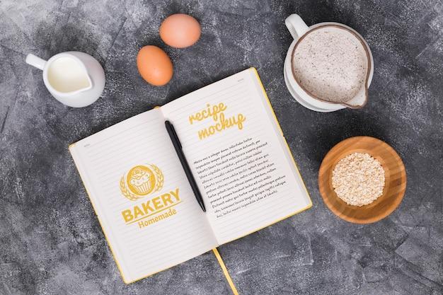 Składniki ciasta piekarniczego i przepis na biurko