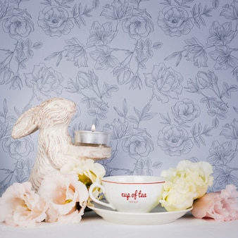 Śliczna kompozycja z filiżanką herbaty i kwiatów