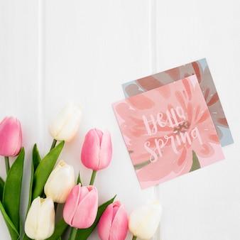 Śliczna wiadomość na kwadratowym papierze natury wiosny pojęcia mockup