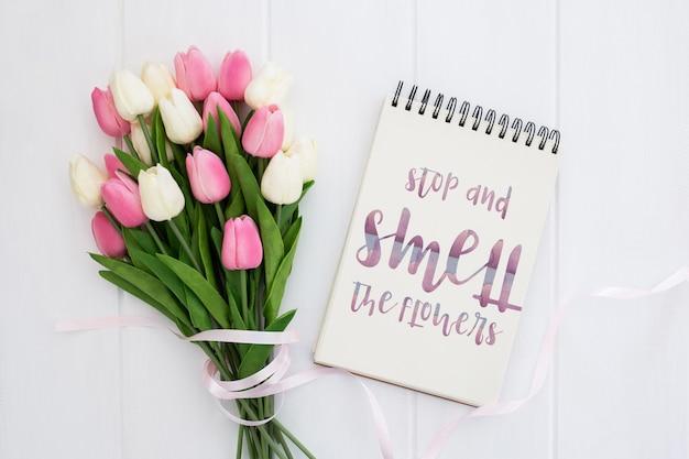 Słodka wiadomość na koncepcji wiosna notebooka