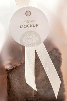 Słodkie ciasto w makiecie przezroczystego opakowania