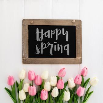Słodkie wiadomości na tablicy koncepcja wiosna makieta
