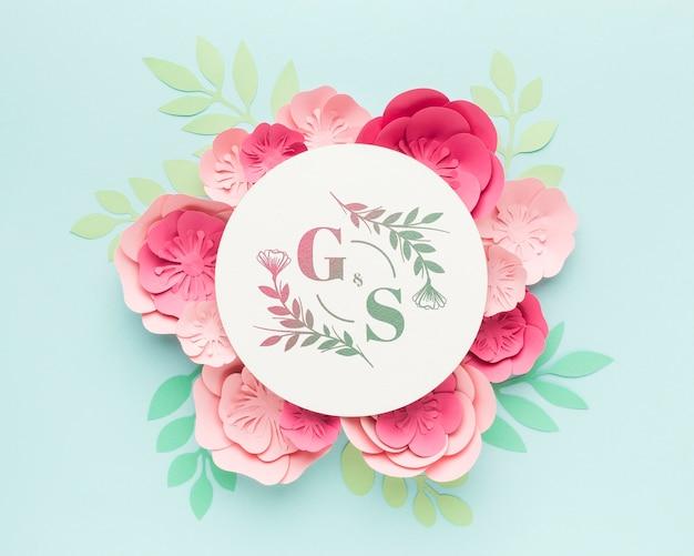 Ślub monogram makiety z papierowych kwiatów na niebieskim tle