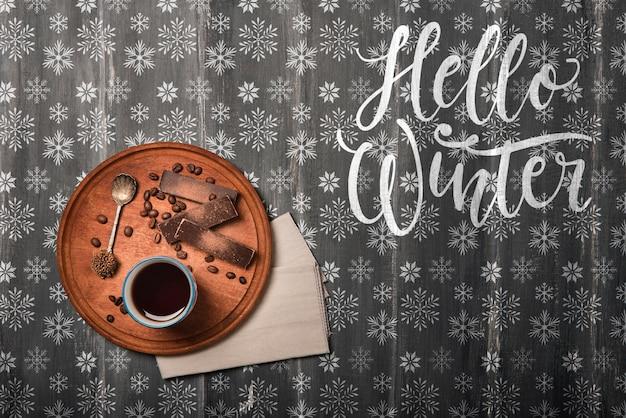 Smakuj herbatę na drewnianej tacy na zimę