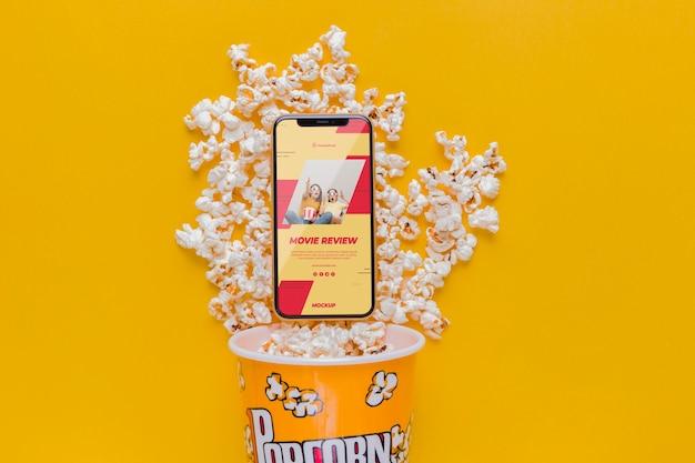 Smartfon na aranżacji popcornu