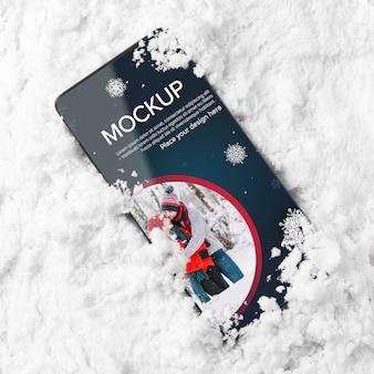 Smartfon z widokiem z góry w śniegu