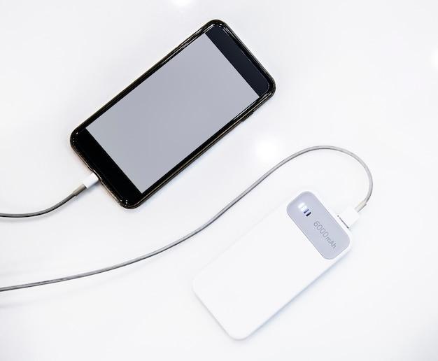 Smartphone ładowany za pomocą banku mocy