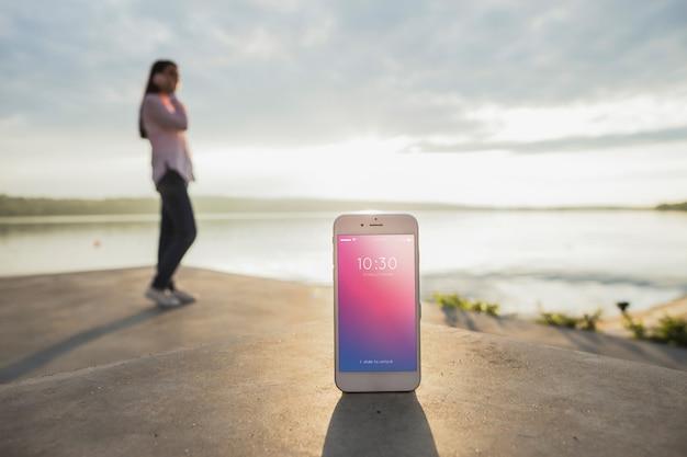 Smartphone makieta z kobietą na plaży