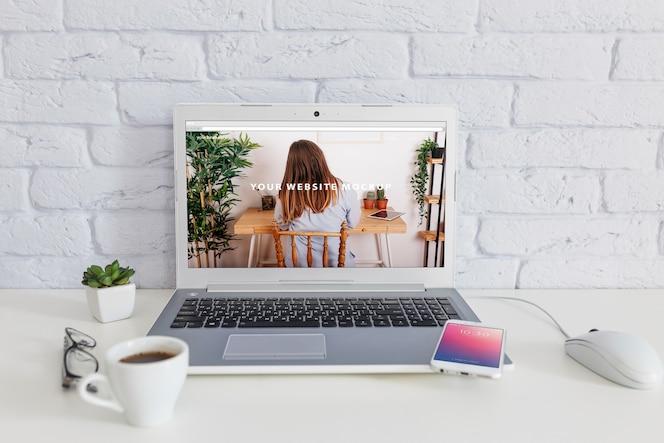 Smartphone makieta z laptopem i workspace pojęciem