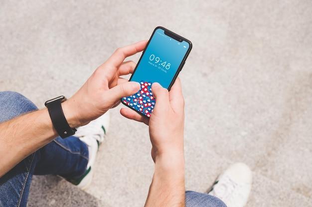 Smartphone makieta z osobą, która go używa
