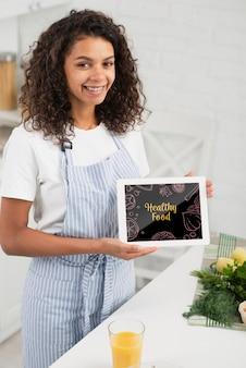 Smiley kobieta trzyma malarstwo