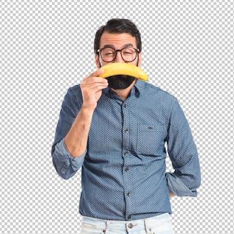Smutny młody modnisia mężczyzna z bananem