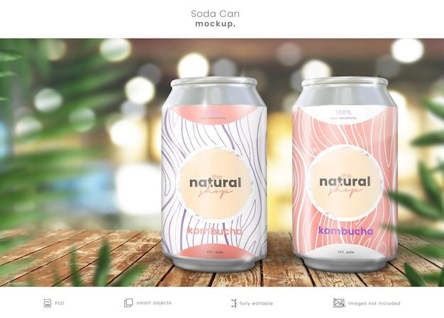 Soda może makieta puszek na drewnianym stole sklepowym