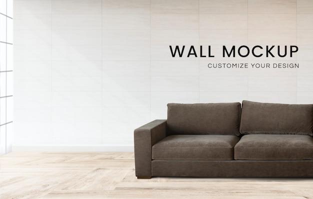 Sofa przy wyłożonej kafelkami ścianie