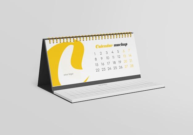 Spiralny kalendarz na biurko z makietą notatek na białym tle