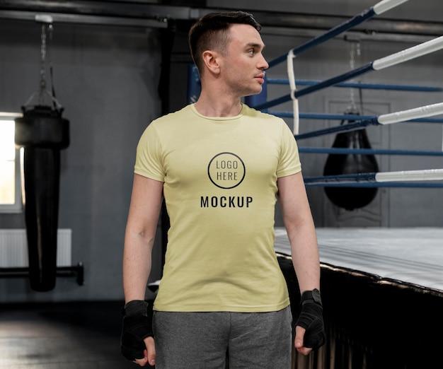 Sportowiec bokserski ubrany w makietę t-shirtu