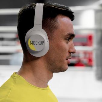 Sportowiec bokserski ubrany w makietę zestawu słuchawkowego