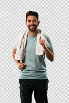 Sportowy młody człowiek biega i ono uśmiecha się