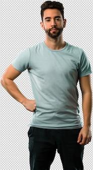 Sportowy młody człowiek z ręką na biodrze