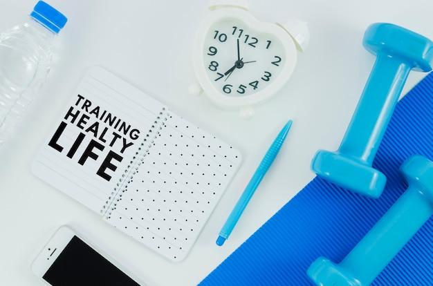 Sprzęt treningowy na makiecie siłowni