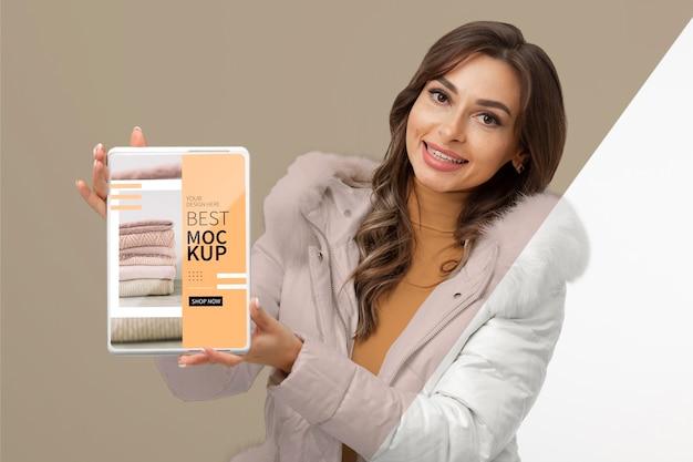 Średni model trzymający makietę tabletu