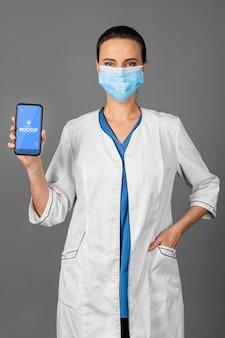 Średni strzał lekarz noszący maskę na twarz