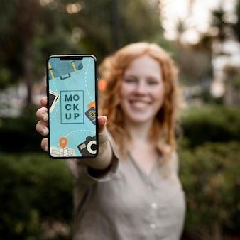 Średni strzał rozmazana kobieta trzymająca telefon