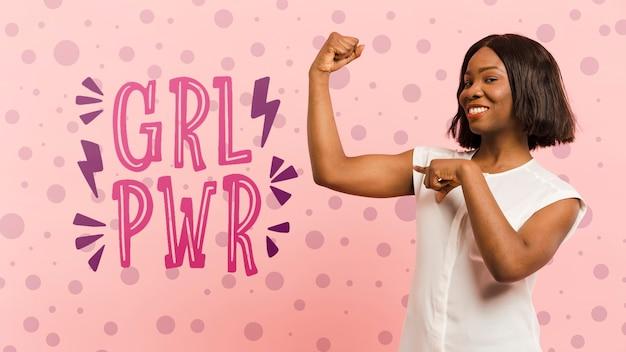 Średnio strzał kobieta pokazano jej biceps
