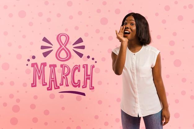 Średnio strzał kobieta pozuje 8 marca